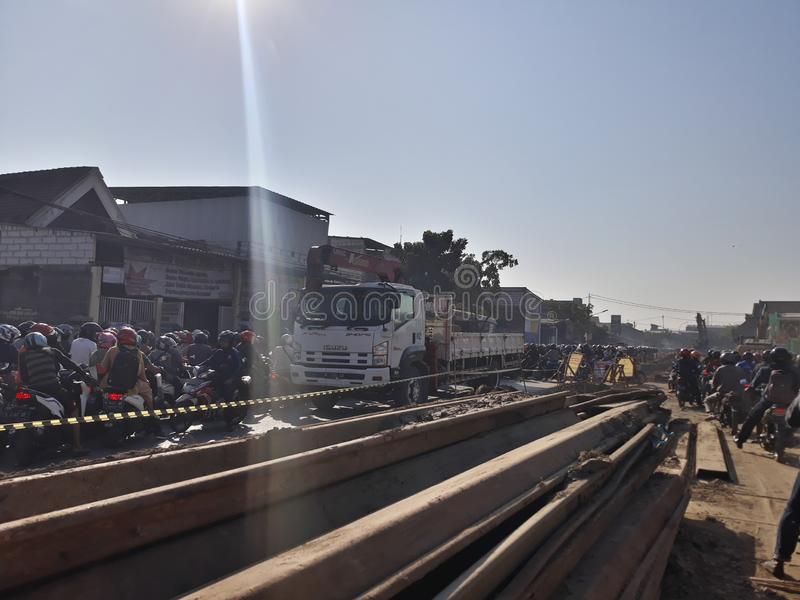 Soerabaya, East Java/Indonesia - 1° agosto 2019: una via ammucchiata nel moorning quando la gente va lavorare perché costruzione  immagine stock libera da diritti