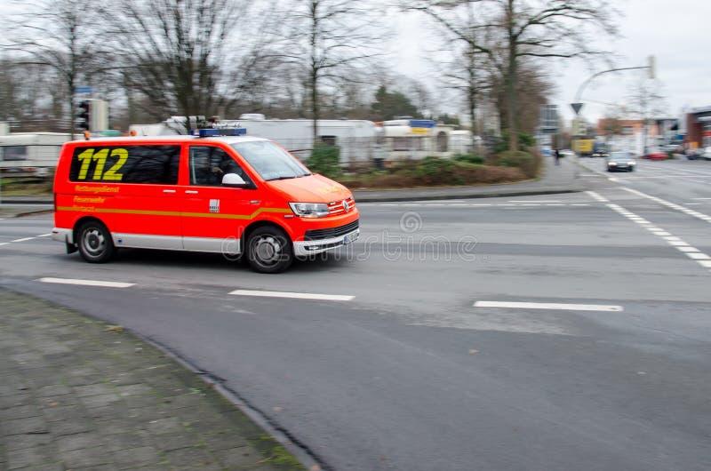 Soest, Γερμανία - 18 Δεκεμβρίου 2017: Γερμανικές κινήσεις αυτοκινήτων γιατρών έκτακτης ανάγκης σε μια οδό 112 είναι ο ευρωπαϊκός  στοκ εικόνες