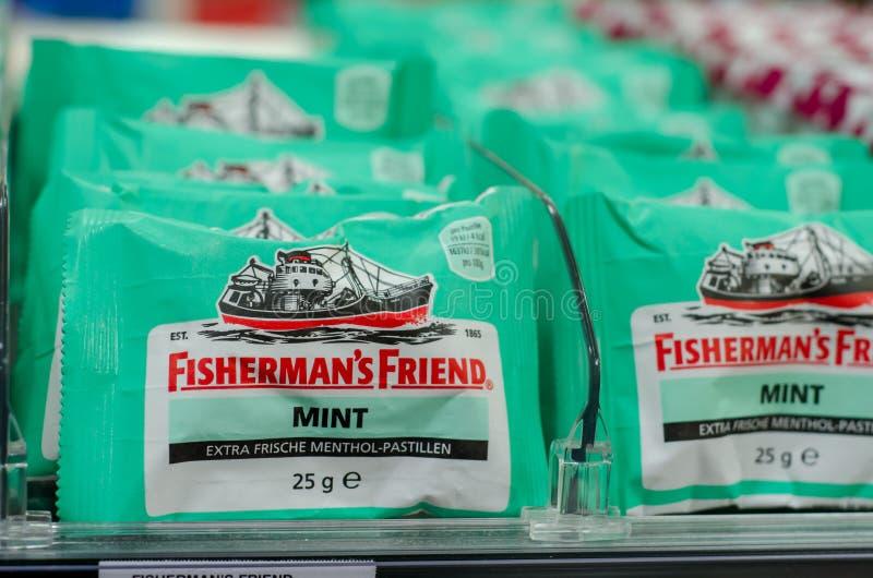 Soest, Германия - 3-ье января 2018: Lozenge друга рыболовов для продажи в супермаркете Друг рыболова бренд stron стоковые изображения rf