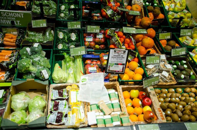 Soest, Γερμανία - 17 Δεκεμβρίου 2018: Φρέσκα φρούτα και λαχανικά στο ράφι στην υπεραγορά ΧΤΥΠΗΜΑΤΟΣ στοκ φωτογραφίες