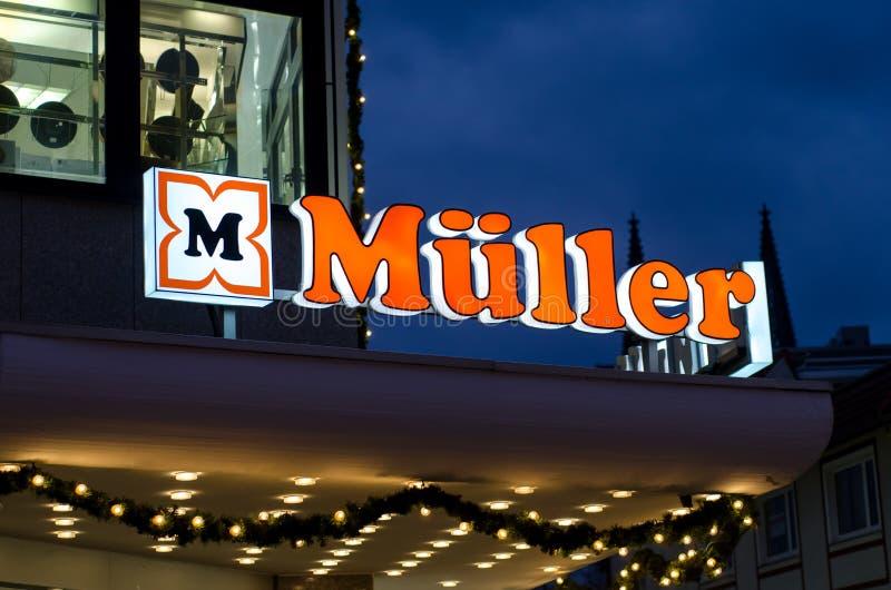 Soest, Alemanha - 18 de dezembro de 2017: Loja de Logo Sign Muller Muller Ltd & Co O quilograma é uma corrente das lojas, sediada foto de stock