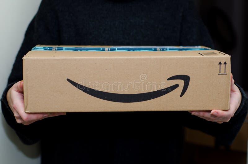 Soest, Alemanha - 12 de dezembro de 2018: Mulher que recebe o pacote do Amazon Prime fotografia de stock royalty free