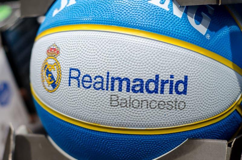 Soest, Alemanha - 7 de janeiro de 2019: Inglês de Baloncesto do Real Madrid: Bola Spalding do basquetebol do Real Madrid imagens de stock royalty free