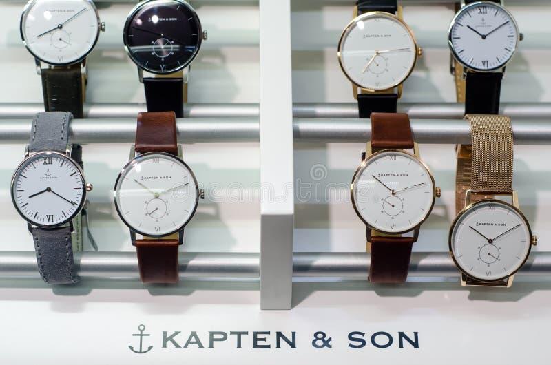 Soest, Alemanha - 14 de janeiro de 2019: Relógios de Kapten & de filho na janela da loja foto de stock