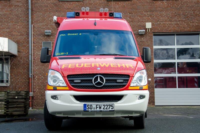 Soest, Alemania - 18 de diciembre de 2017: El camión Feuerwehr Soest 112 del servicio del cuerpo de bomberos es el número de emer imagen de archivo libre de regalías