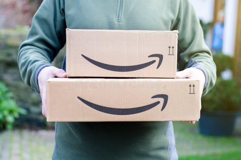 Soest, Alemania - 14 de enero de 2019: El hombre entrega el paquete del Amazon Prime fotos de archivo libres de regalías