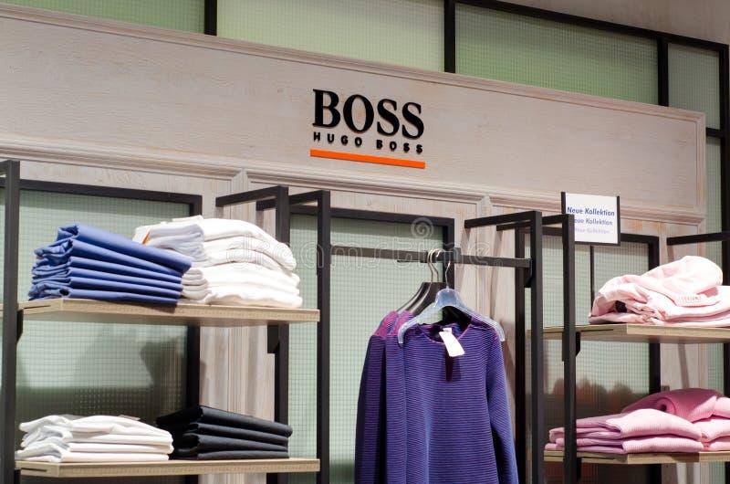 Soest, Alemania - 9 de enero de 2019: Ropa de Hugo Boss en la tienda fotografía de archivo libre de regalías