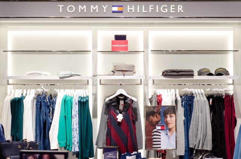 Soest, Alemania - 9 de enero de 2019: Ropa de Tommy Hilfiger en la tienda imagen de archivo libre de regalías