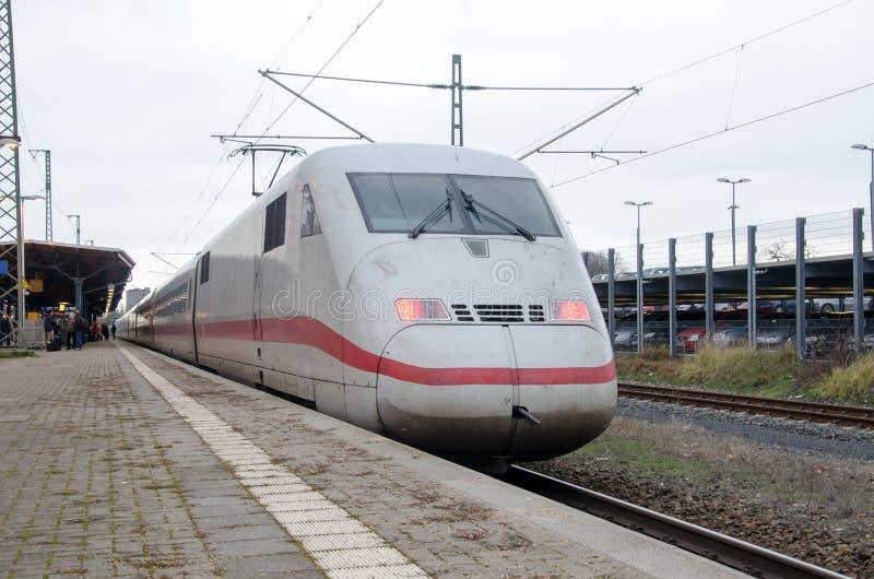 Soest, Allemagne - 27 décembre 2017 : GLACE Interurbain-exprès à la gare ferroviaire photo libre de droits