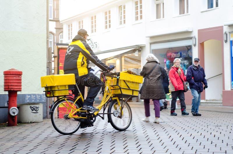 Soest, Allemagne - 3 janvier 2019 : Facteur de Deutsche Post en le vélo Deutsche Post AG, fonctionnant sous le nom commercial Deu image stock