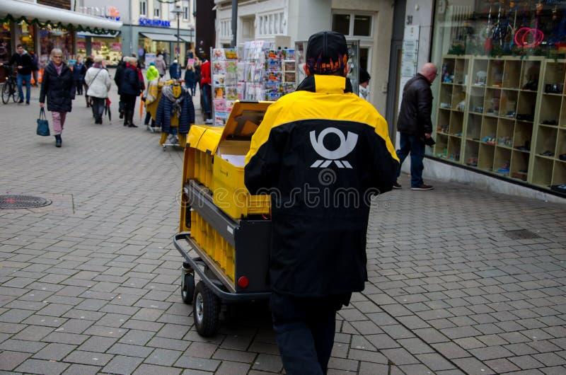 Soest, Deutschland - 12. Dezember 2018: Deutsche Post-Briefträger lizenzfreies stockfoto