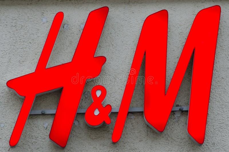 Soest, Deutschland - 18. Dezember 2017: H&M-Zeichen auf der Wand H&M Hennes u. Mauritz AB ist ein schwedischer multinationaler Kl lizenzfreie stockfotografie