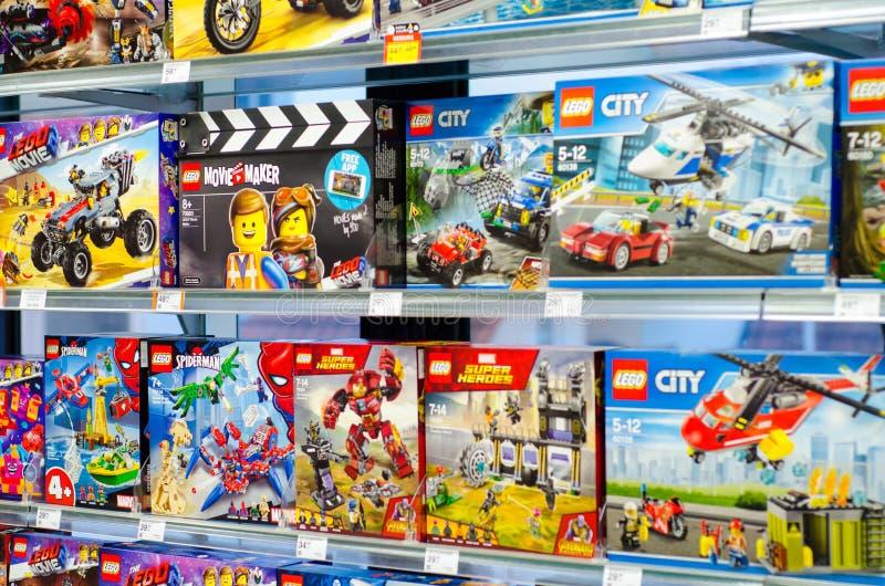 Soest, Duitsland - Januari 12, 2019: Legobouwdozen voor verkoop in de opslag Lego is een lijn van plastic bouwspeelgoed dat royalty-vrije stock foto's