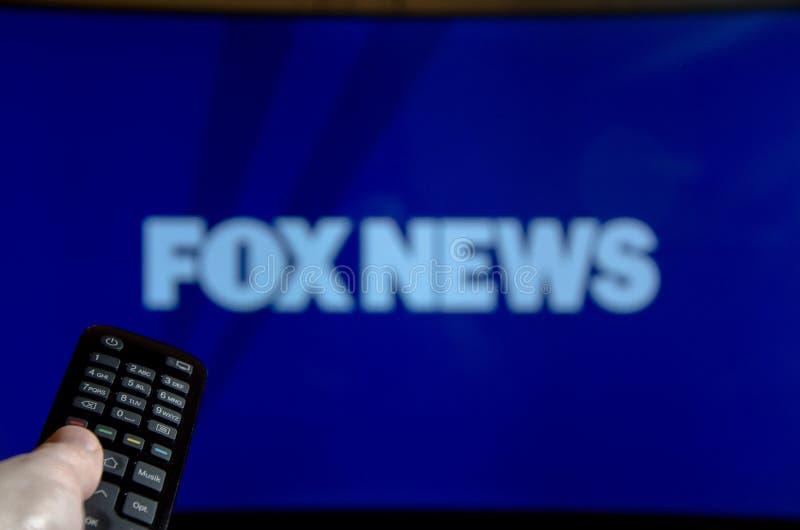 Soest, Duitsland - Januari 14, 2018: Mens die op Fox News op TV letten Fox News is een Amerikaanse basiskabel en een satelliettel royalty-vrije stock foto's