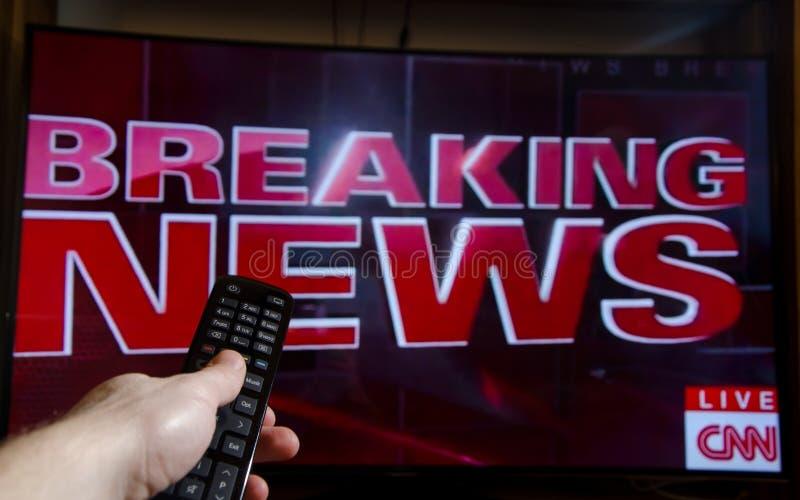 Soest, Duitsland - Januari 14, 2018: Mens die op het Brekende Nieuws van CNN op TV letten Het Netwerk CNN van het kabelnieuws is  stock foto