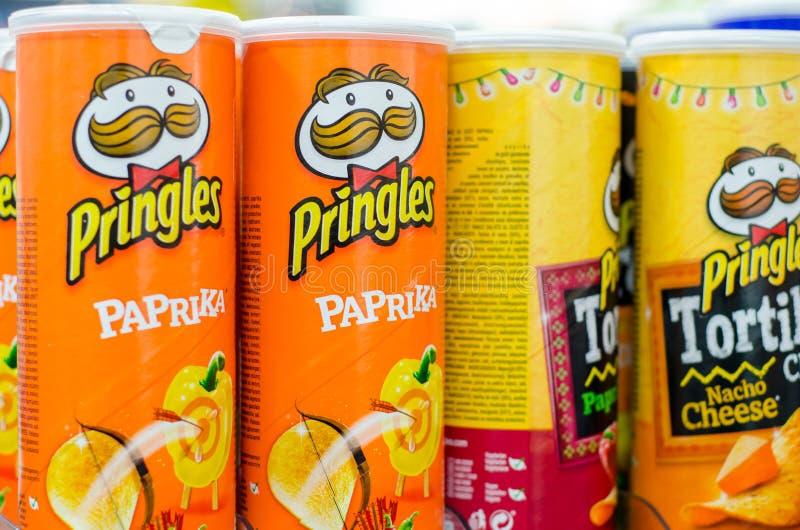 Soest, Duitsland - Januari 3, 2018: Rijen van Pringles-Snacks Pringles door het Kellogg Bedrijf, beroemd merk wordt bezeten van a royalty-vrije stock foto's