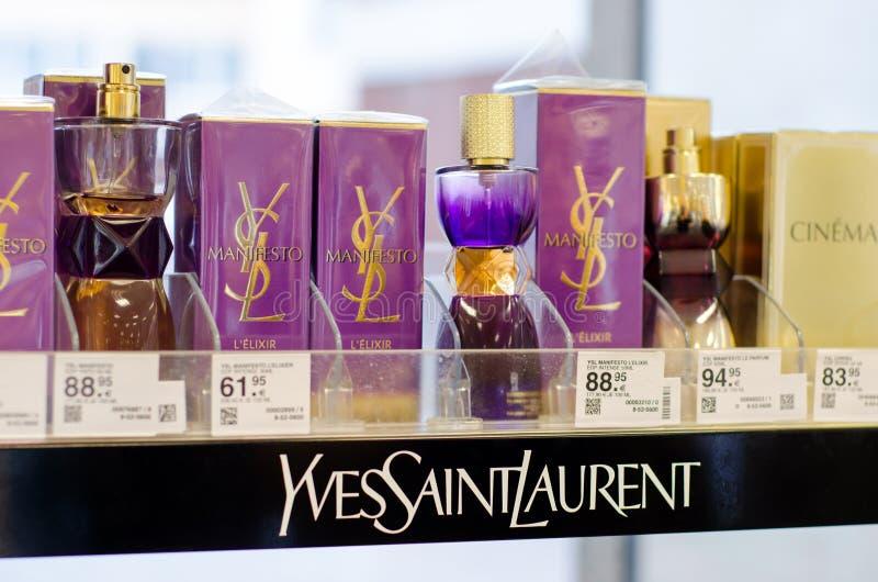 Soest, Duitsland - Januari 3, 2019: Yves Saint Laurent Perfume voor verkoop in de winkel royalty-vrije stock foto