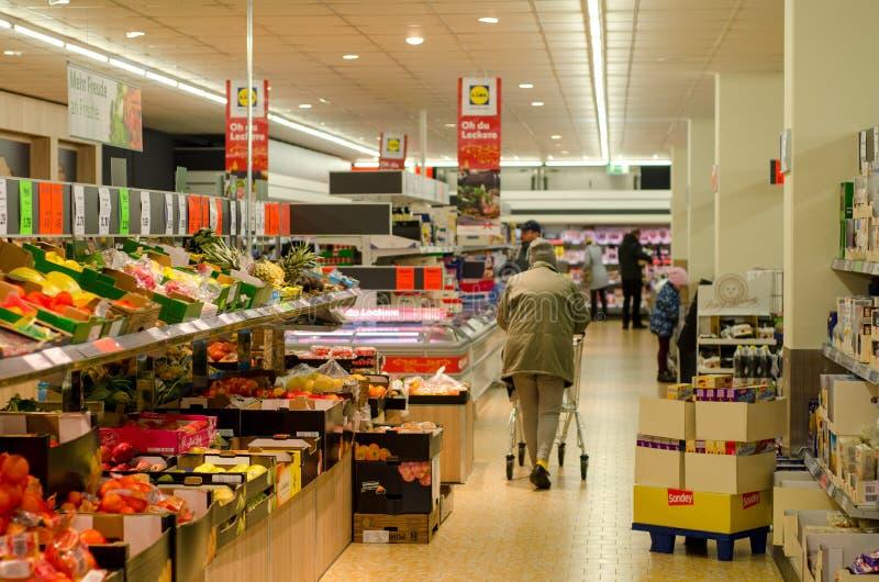Soest, Germania - 16 dicembre 2017: Compratori in supermercato LIDL Lidl Stiftung & Co Chilogrammo immagine stock libera da diritti