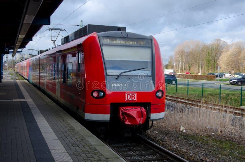 Soest Niemcy, Grudzień, - 26, 2017: DBAG klasy 425 Deutsche Bahn regionalności taborowy pociąg przy stacją kolejową zdjęcie royalty free