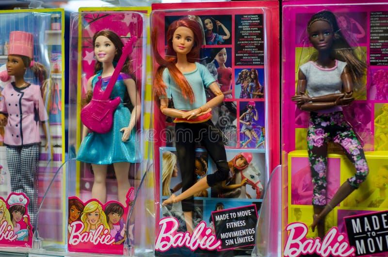Soest Niemcy, Grudzień, - 22, 2018: Barbie Bawi się dla sprzedaży w supermarketa stojaku Barbie jest mody lalą fabrykującym zdjęcia stock