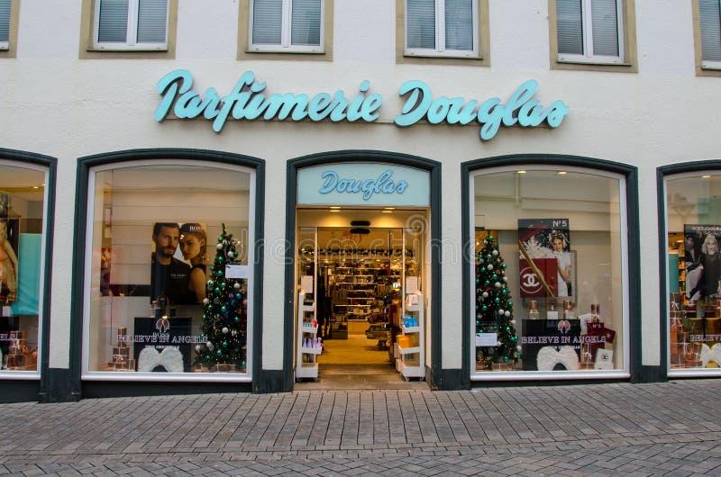 Soest Niemcy, Grudzień, - 29, 2018: Douglas sklep Douglas GmbH jest Niemieckim pachnidła i kosmetyków detalistą opierającym się w fotografia royalty free