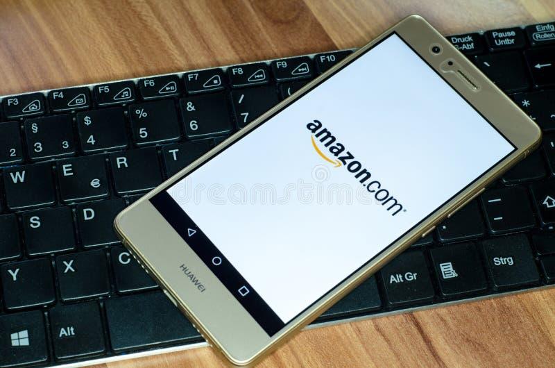 Soest Niemcy, Styczeń, - 4, 2018: Amazonka logo na ekranie Huawei P9 Lite Amazonka jest elektronicznym handlem Amerykańskim chmur zdjęcie stock