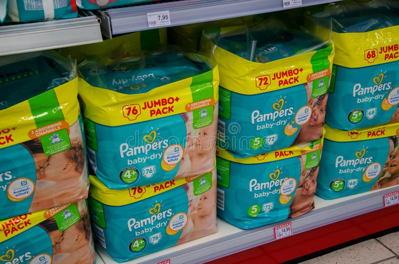 Soest Niemcy, Styczeń, - 9, 2018: Pampers paczka dla sprzedaży w Rossmann sklepie Pampers jest Amerykańskim imię gatunkiem dzieck obraz stock