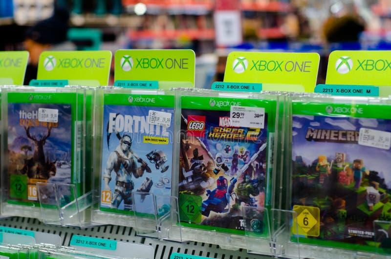 Soest Tyskland - December 22, 2018: Xbox One spelar till salu i supermarket för MÃ-¼ller royaltyfri bild