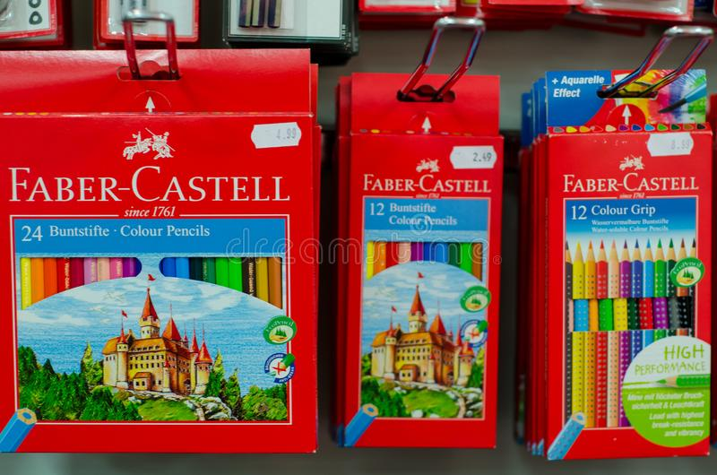 Soest Tyskland - Januari 3, 2019: Den Faber Castell blyertspennan ställde in till salu i shoppar royaltyfri foto