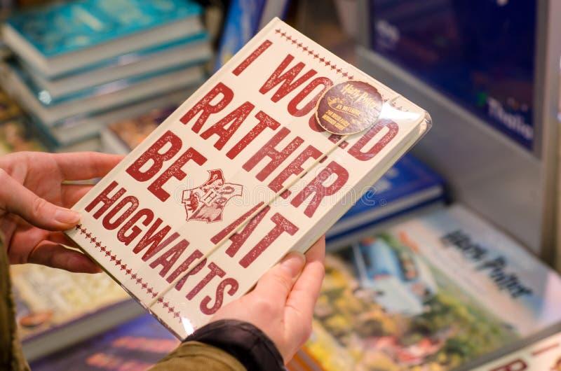 Soest Tyskland - Januari 8, 2019: Den Harry Potter anteckningsboken som är till salu i, shoppar fotografering för bildbyråer