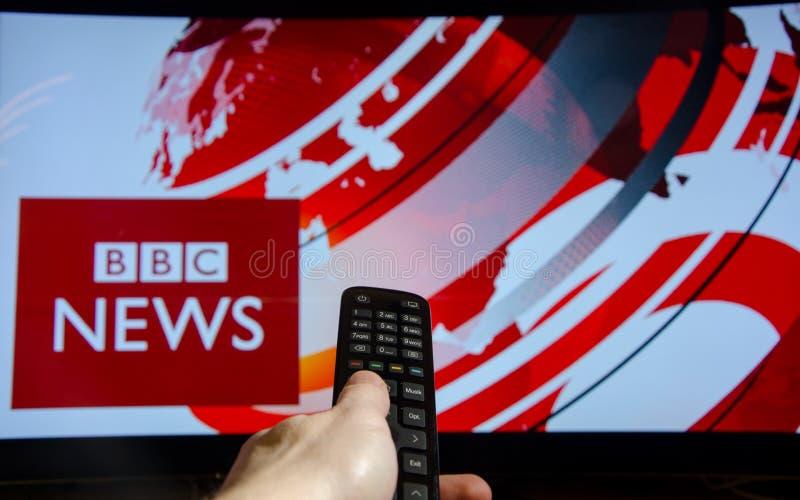 Soest Tyskland - Januari 14, 2018: Hållande ögonen på BBC News för man på TV BBC News är en fungerande affärsuppdelning av det br arkivfoton