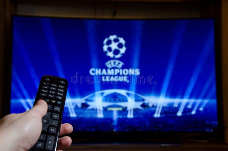 Soest Tyskland - Januari 14, 2018: Hållande ögonen på UEFA Champions League för man på TV UEFA Champions League är ett årligt kon arkivbild