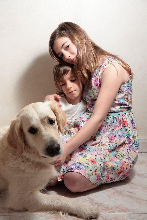 Soeurs avec son chien photographie stock libre de droits