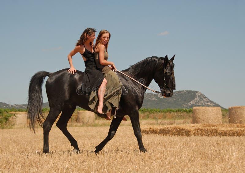Soeurs d'équitation images libres de droits