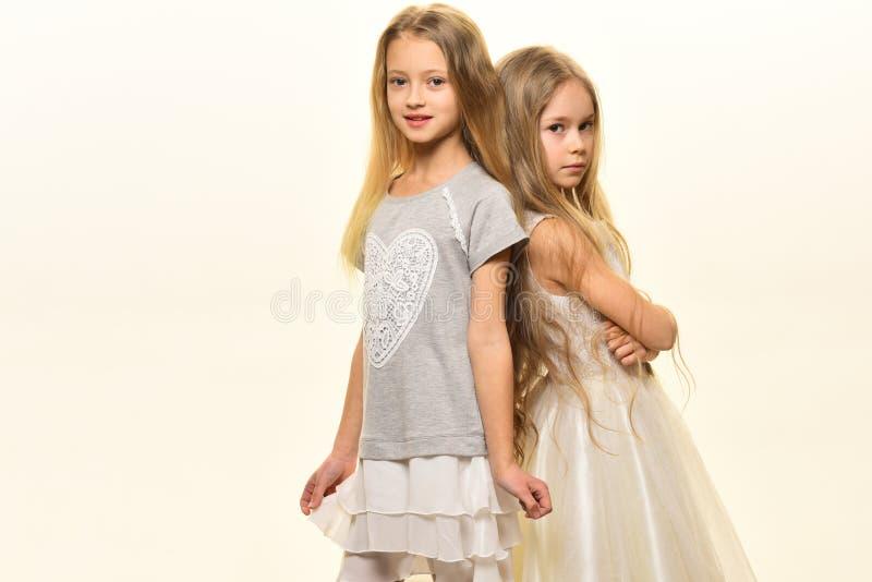 soeurs deux soeurs de filles sur le blanc soeurs de mode avec de longs cheveux petites soeurs posant ensemble, l'espace de copie photographie stock libre de droits
