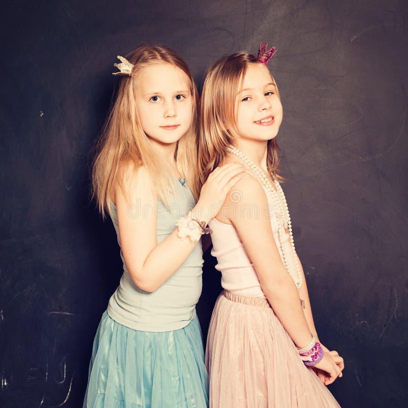 soeurs Deux filles mignonnes image stock