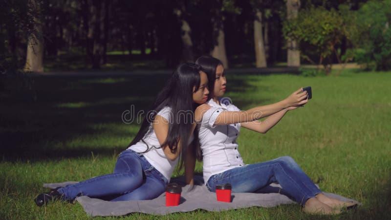 Soeurs en parc posé pour la photo photographie stock