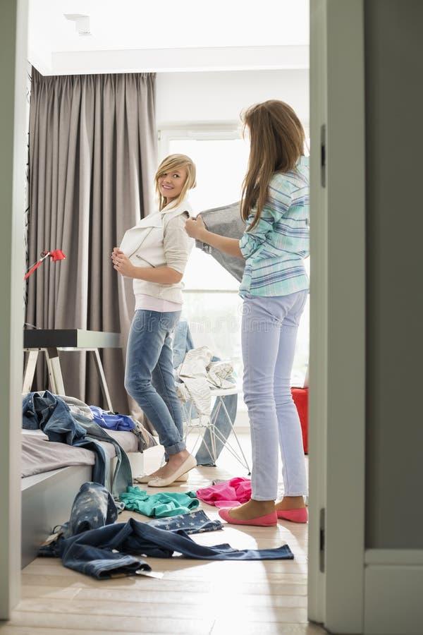 Soeurs essayant sur des vêtements à la maison photos libres de droits