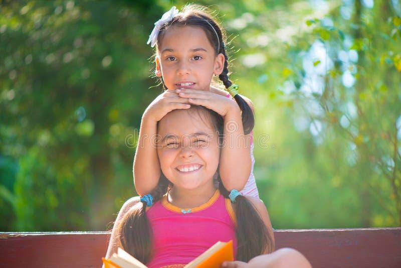 Soeurs hispaniques heureuses en parc d'été images libres de droits