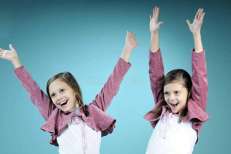 Soeurs jumelles blanches ayant l'amusement photos stock
