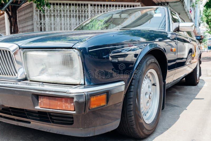 Soeverein Jaguar geparkeerd op de straat van Bangkok royalty-vrije stock afbeeldingen