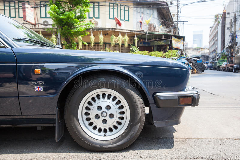Soeverein Jaguar geparkeerd op de straat van Bangkok stock foto's