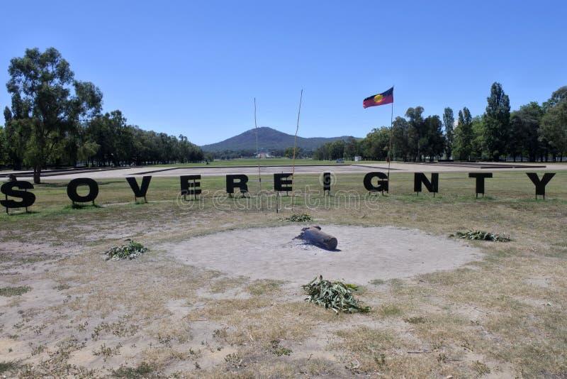 Soevereiniteitsteken bij de Inheemse Tentambassade op van de Streekaustralië van Canberra het Parlementaire Hoofdgrondgebied royalty-vrije stock afbeeldingen