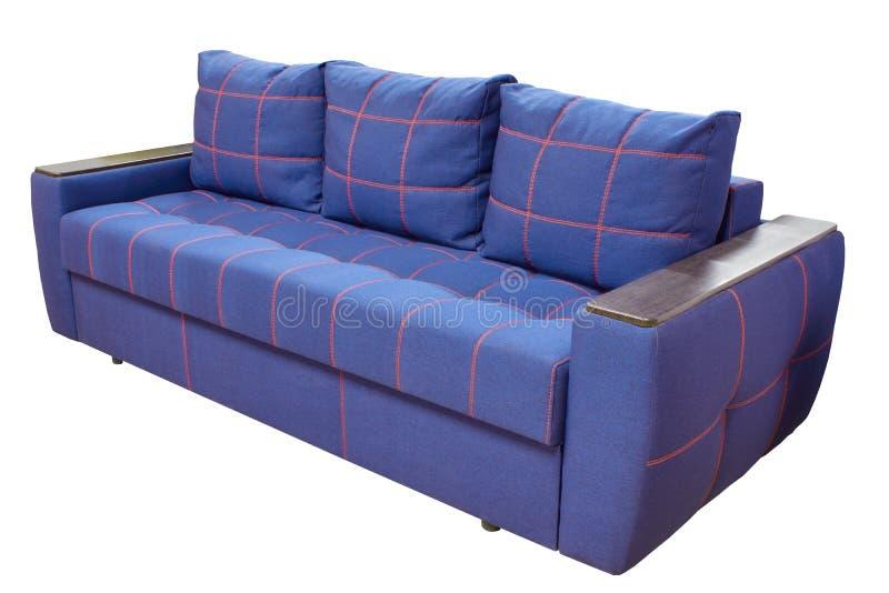 sofà blu accogliente triplo moderno del tessuto con la cucitura rossa e con rivestimento di legno sui braccioli su un fondo bianc fotografia stock libera da diritti