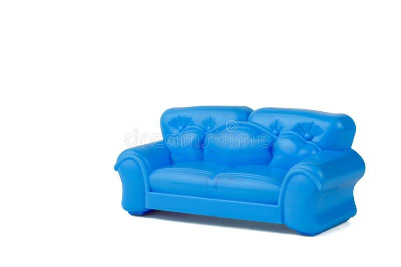 Sofà blu moderno del giocattolo bello isolato su fondo bianco Un campione di bella mobilia per la casa immagine stock