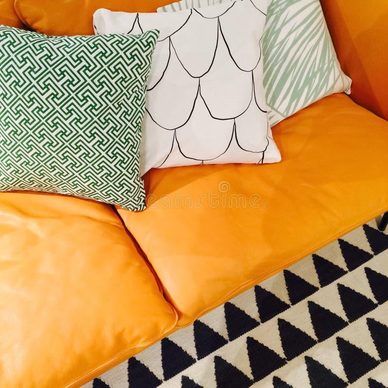 Cuscini Ornamentali.Sofa Di Cuoio Con I Cuscini Ornamentali Fotografia Stock