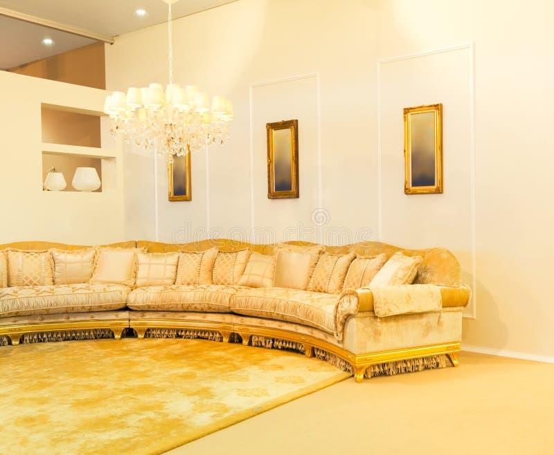 Sofà di lusso nell'interno beige di modo fotografia stock libera da diritti