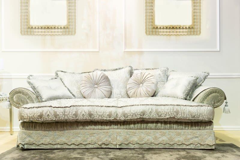 Sofà di lusso nell'interno beige di modo fotografie stock libere da diritti
