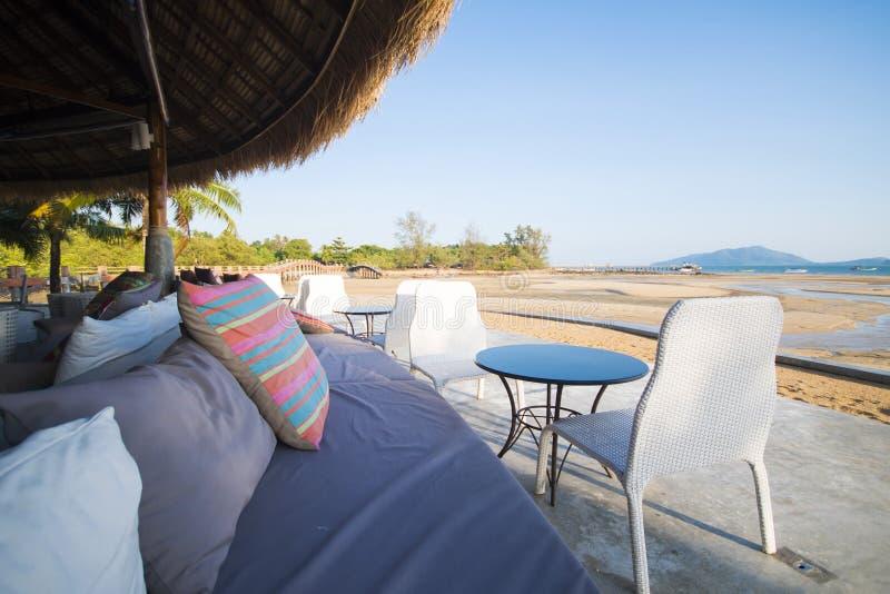 Sofà e sedia in ristorante sulla spiaggia immagine stock libera da diritti