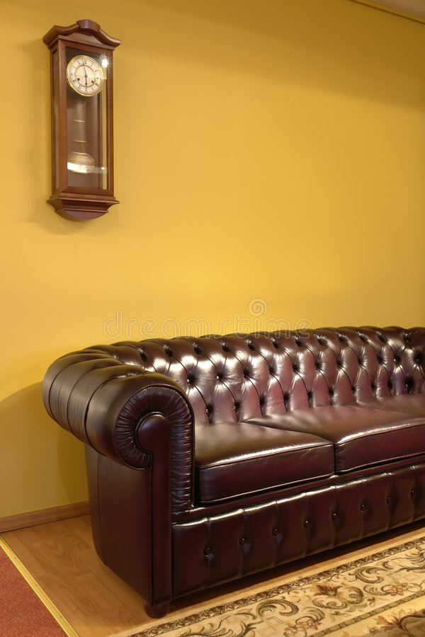 Download Sofà Ed Orologio Di Cuoio Del Brown Immagine Stock - Immagine di coperte, pendolo: 3886307